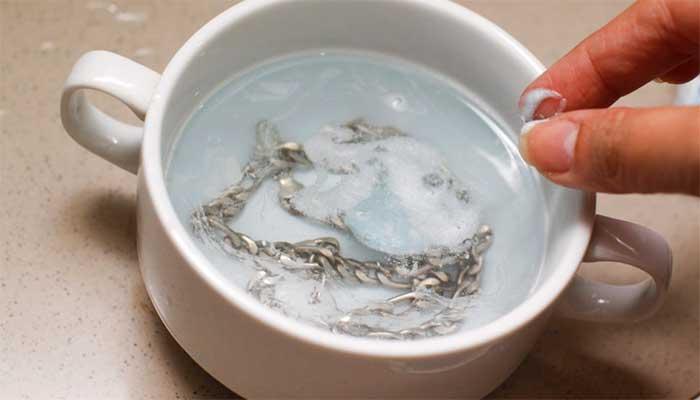 Цепочка из серебра в жидкости