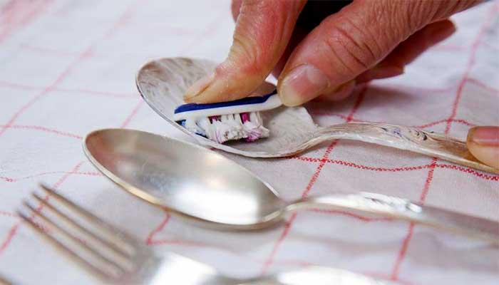 Чистка серебряной ложки зубной пастой