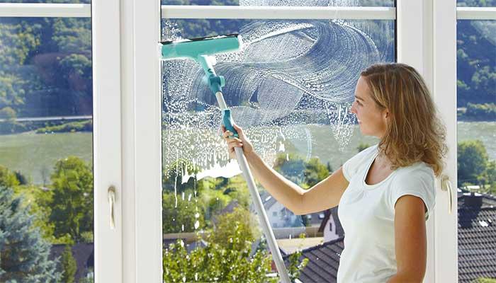 Мытье окна окномойкой