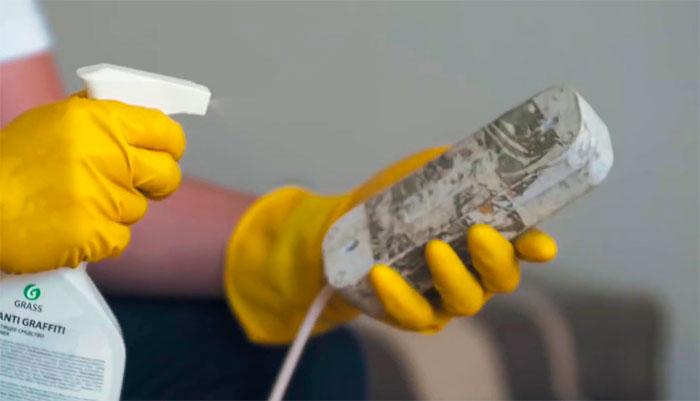 Клей скотча на пластике
