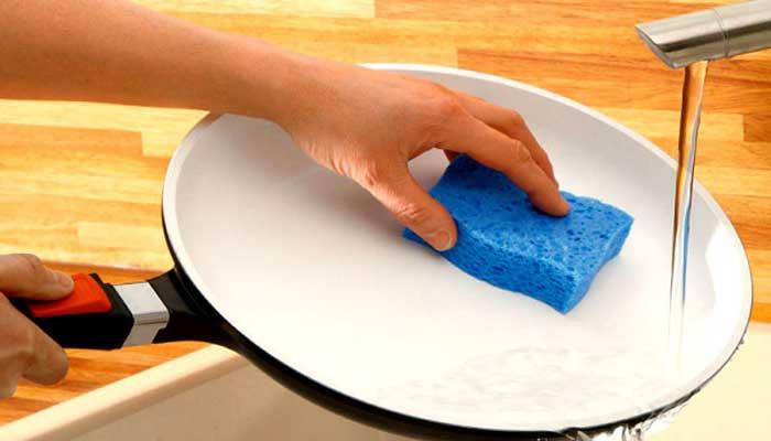 Мытьё губкой под проточной водой