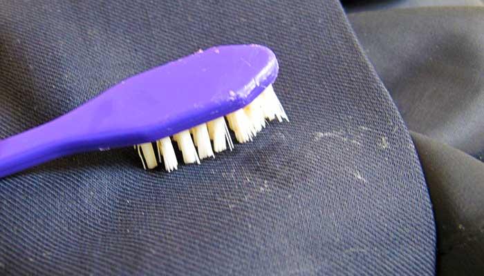 Зубная щётка очищает жвачку