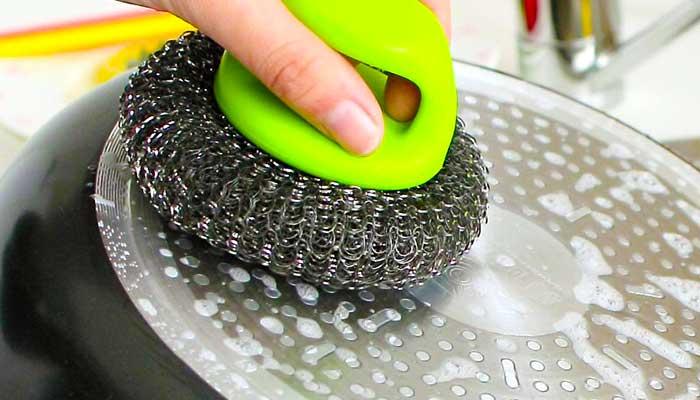 Чистка сковороды металлической мочалкой